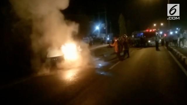 Sebuah minibus terbakar habis di jalur pantura. Kebakaran disebabkan percikan api dari knalpot yang menyambar barang milik korban.