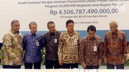 Dirut PLN Sofyan Basir (kiri) bersama para investor saat penandatanganan surat perjanjian kredit Rp 4,5 triliun sindikasi Proyek Transmisi dan Gardu Induk Jawa bagian tengah di Jakarta, Rabu (14/11). (Liputan6.com/Johan Tallo)