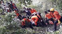 Tim SAR gabungan tengah mengevakuasi jasad pendaki asal luar negeri, Andrey Voytech, di Gunung Merbabu, Sabtu (7/4/2018). (Solopos.com/Istimewa/Basarnas Jateng)
