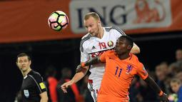Quincy Promes berduel dengan pemain Belarus, Maksim Bordachev (kiri) pada kualifikasi Piala Dunia 2018 di Stadion De Kuip, Rotterdam. Belanda menang 4-1. (REUTERS/United Photos/Toussaint Kluiters)