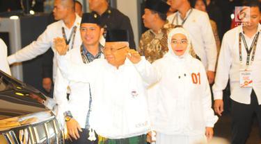 Cawapres nomor urut 01 Ma'ruf Amin berserta istri tiba di lokasi debat keempat Pilpres 2019 di Hotel Shangri-La, Jakarta, Sabtu (30/3). Debat kali ini mengangkat tema tentang ideologi, pemerintahan, pertahanan dan keamanan, serta hubungan internasional. (Liputan6.com/AnggaYuniar)