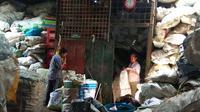 Hidup di tumpukan sampah, siapa sangka omzetnya ratusan juta per bulan. (foto : Liputan6.com/edhie prayitno ige)