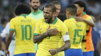 Bek Brasil, Dani Alves, melakukan selebrasi usai menaklukkan Argentina pada laga Copa America 2019 di Stadion Mineirao,  Rabu (3/7). Brasil menang 2-0 atas Argentina. (AP/Victor R. Caivano)