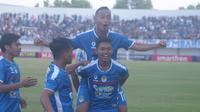 Dwi Raffi Angga (kanan) saat bermain untuk PSIM Yogyakarta di Liga 2 2019. (Bola.com/Vincentius Atmaja)
