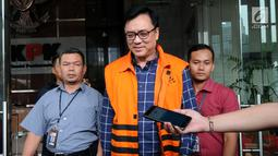 Direktur Operasional Lippo Group, Billy Sindoro memakai rompi tahanan ketika ditanya wartawan usai menjalani pemeriksaan di gedung KPK, Jakarta, Selasa (16/10). Billy Sindoro resmi ditahan terkait kasus suap Bupati Bekasi Neneng. (merdeka.com/Dwi Narwoko)