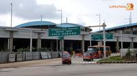 Terlihat angkot dan Busway keluar dari terminal Pulo Gebang (Liputan6.com/Panji Diksana).
