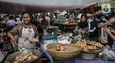 Pedagang menggoreng makanan saat menunggu pembeli sajian untuk berbuka puasa atau takjil di Pasar Rawamangun, Jakarta Timur, Rabu (14/4/2021). Pasar Rawamangun menjadi salah satu lokasi favorit warga untuk mencari aneka makanan dan minuman untuk sajian berbuka puasa. (merdeka.com/Iqbal S. Nugroho)