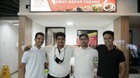 Pengelola Mak Ciak cabang ke-10 yang terdiri dari Emyr Ramadhan, Felix Natama, Muhammad Hilman dan Risky Ramadhany. (IST)