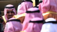 Raja Salman bin Abdulaziz al Saud berjalan menuju pesawat untuk bertolak ke Brunei di Bandara Halim Perdanakusuma, Jakarta, Sabtu (4/3). Raja Salman akan mengunjungi Brunei selama setengah hari untuk kunjungan kenegaraan. (Liputan6.com/Angga Yuniar)