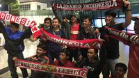 Suporter Timnas Indonesia di Bandara Soekarno Hatta menyambut kedatangan Timnas Indonesia U-22 dari Kamboja, Rabu (27/2/2019). (Bola.com/Benediktus Gerendo Pradigdo)