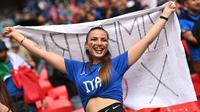 Fans wanita Italia bersorak sebelum dimulainya pertandingan semifinal EURO 2020 antara Italia dan Spanyol di Stadion Wembley di London (7/7/2021). Italia memenangkan pertandingan semifinal Euro 2020 dalam drama adu penalti dengan skor 4-2 setelah laga imbang 1-1.(AFP/Pool/Justin Tallis)