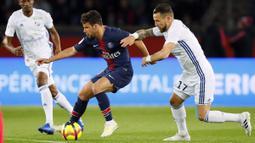 Gelandang Paris Saint-Germain, Juan Bernat, berusaha melewati pemain Strasbourg pada laga liga Prancis di Stadion Parc des Princes, Paris, Minggu (7/4). Kedua tim bermain imbang 2-2. (AP/Francois Mori)