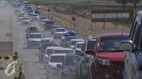Kendaraan pemudik melintasi jalan tol Pejagan-Pemalang, Banjar Anyar, Brebes, Jawa Tengah, Kamis (16/7/15). Berdasarkan pantauan petugas di posko Tol Pejagan, pada H-1 terjadi peningkatan kendaraan hingga 50 persen. (Liputan6.com/Herman Zakharia)