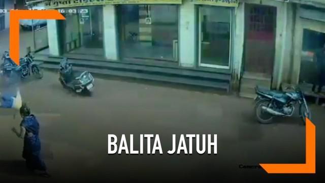 Seorang bocah laki-laki berusia dua tahun jatuh dari lantai tiga bangunan di India. Beruntung, nyawa bocah tersebut selamat.