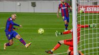 Martin Braithwaite melepaskan tembakan pada pertandingan sepak bola Liga Spanyol antara FC Barcelona dan Real Sociedad di stadion Camp Nou di Barcelona, Spanyol, Rabu, 16 Desember 2020. (Foto AP / Joan Monfort)