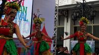 Karnaval Asia Afrika di kawasan Jalan Asia Afrika, Kota Bandung, Jawa Barat, berlangsung meriah dengan digelarnya parade budaya. (Liputan6.com/Huyogo Simbolon)