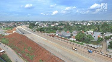 Suasana proyek pembangunan jalan tol Depok-Antasari (Desari) seksi 2 Brigif-Sawangan di kawasan Krukut, Depok, Jawa Barat, Selasa (12/3). Tol Desari tersebut terbagi menjadi 3 seksi. (merdeka.com/Arie Basuki)