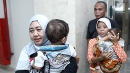 Para ibu menggendong anak mereka sebelum masuk ruang operasi di RS EMC, Bogor, Jawa Barat, Sabtu (21/4). RS EMC menggelar operasi hernia dari tanggal 21-27 April 2018. (Liputan6.com/Herman Zakharia)