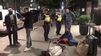 Cuplikan video di Weibo yang menunjukkan turis China adu debat dengan pengelola hostel dan polisi Swedia pada Minggu, 16 September 2018 (AFP)