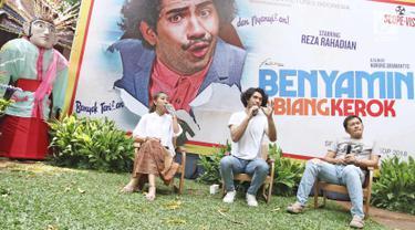 Aktor Reza Rahadian (tengah), Sutradara Hanung Bramantyo (kanan), Produser Falcon pictures, Frederica saat jumpa pers poster film Benyamin Biang kerok, Jakarta, Sabtu (4/11). Film ini akan digarap kembali secara milenia. (Liputan6.com/Herman Zakharia)