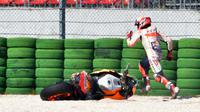 Pebalap Repsol Honda, Marc Marquez, terjatuh saat sesi kualifikasi MotoGP San Marino di Sirkuit Marco Simoncelli, Minggu (9/9/2018). Lorenzo menjadi yang tercepat dengan catatan waktu 1 menit 31,629 detik. (AFP/Tiziana Fabi)