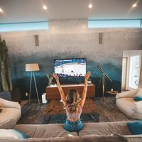 Ilustrasi ruang tamu modern dengan pemandangan taman hijau (iStockphoto)
