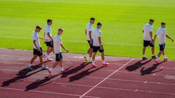 Para pemain Spanyol tiba untuk sesi latihan tim di Las Rozas, Madrid, Spanyol, Senin (5/7/2021). Spanyol akan bermain melawan Italia pada pertandiangan semifinal Euro 2020. (AP Photo/Manu Fernandez)