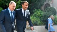 Presiden Prancis Emmanuel Macron (kanan) menyambut Presiden Rusia Vladimir Putin di Benteng Bregancon, Bormes-les-Mimosas, Prancis, Senin (19/8/2019). Pertemuan Putin dan Macron untuk membahas krisis dunia. (Gerard JULIEN/POOL/AFP)