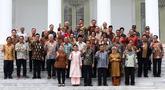 Presiden Joko Widodo bersama Ibu Iriana Joko Widodo dan Wapres Jusuf Kalla bersama Ibu Mufidah Jusuf Kalla foto bersama sejumlah Menteri Kabinet Kerja Periode 2014-2019 saat acara perpisahan di Istana Negara, Jakarta, Jumat (18/10/2019). (Istimewa)