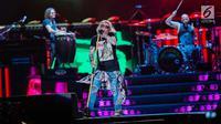 """Vokalis Guns N' Roses, Axl Rose tampil pada konser Guns N' Roses """"Not In This Lifetime"""" Tour in Jakarta 2018 di Stadion GBK, Jakarta, Kamis (8/11). Mereka membawa lagu seperti Welcome to The Jungle, Paradise City, Petience. (Liputan6.com/Faizal Fanani)"""