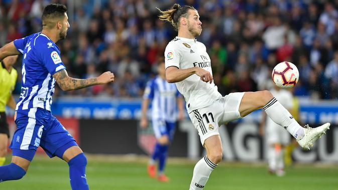 Gelandang Real Madrid, Gareth Bale mengontrol bola dari kawalan pemain Deportivo Alaves Guillermo Maripan saat bertanding di La Liga Spanyol di stadion Mendizorroza, Vitoria (6/10). Madrid takluk 1-0 Deportivo Alaves. (AP Photo/Alvaro Barrientos)