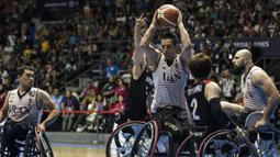 Pebasket kursi roda Iran, Hadiazhar Omid, berusaha melewati hadangan pebasket Jepang pada final Asian Para Games di Hall A Senayan, Jakarta, Sabtu (13/10). Iran menang 68-66 atas Jepang. (Bola.com/Vitalis Yogi Trisna)