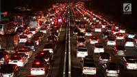 Kendaraan terjebak kemacetan saat melintasi Tol Cipali arah Cikampek di Jawa Barat, Sabtu (8/6/2019). Menjelang berakhirnya libur lebaran, ruas jalan tol menuju Jakarta pada H+3 semakin dipadati pemudik dan diperkirakan merupakan puncak arus balik 2019. (Liputan6.com/Immanuel Antonius)