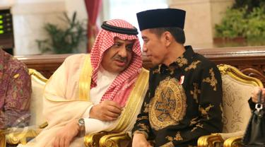 Presiden Joko Widodo berbincang dengan Pangeran Khalid bin Sultan Abdul Aziz Al Suud saat melakukan pertemuan di Istana Merdeka, Jakarta, Kamis (4/5). (Liputan6.com/Angga Yuniar)