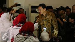 Cagub DKI Jakarta, Basuki Tjahaja Purnama (kanan) menyalami Relawan Nusantara saat menghadiri peringatan Maulid Nabi Muhammad SAW 1438H di Jakarta, Minggu (15/1). Acara dihadiri ratusan anggota Relawan Nusantara. (Liputan6.com/Helmi Fithriansyah)