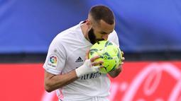 Karim Benzema. Striker Real Madrid berusia 33 tahun ini dalam 3 musim terakhir LaLiga selalu mencetak di atas 20 gol. Musim lalu ia menjadi runner-up bersama Gerard Moreno (Villarreal) dengan torehan 23 gol. (Foto: AFP/Javier Soriano)