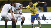 Neymar Brasil, kanan, menggiring bola melewati Bruno Miranda dari Bolivia selama pertandingan sepak bola kualifikasi untuk Piala Dunia FIFA Qatar 2022 di arena Neo Quimica di Sao Paulo, Brasil, Jumat, 9 Oktober 2020. (Buda Mendes / Pool via AP)