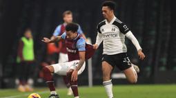 Gelandang West Ham United, Jesse Lingard (kiri) menguasai bola dibayangi bek Fulham, Antonee Robinson dalam laga lanjutan Liga Inggris 2020/21 pekan ke-23 di Craven Cottage, Sabtu (6/2/2021). West Ham United bermain imbang 0-0 dengan Fulham. (AFP/Adam Davy/Pool)