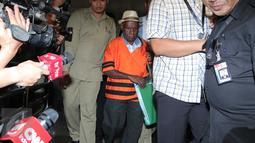Kepala dinas Pertambangan dan Energi Kab Deiyai Papua Iranius mengenakan baju tahanan usai pemeriksaan di KPK, Jakarta, Kamis (22/10). Iranius ditahan terkait dugaan suap proyek pengembangan pembangkit listrik mikrohidro Papua. (Liputan6.com/Angga Yuniar)