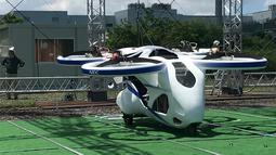 Mobil terbang NEC sebelum penerbangan uji coba di fasilitas produsen elektronik Jepang, NEC Corp di Abiko, pinggiran Tokyo, Senin (5/8/2019). Mobil terbang serupa drone dengan ukuran cukup besar untuk menampung manusia itu diharapkan dapat menjadi lebih baik daripada helikopter. (AP/Koji Sasahara)