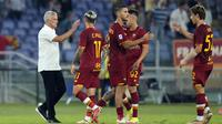 Pelatih AS Roma Jose Mourinho (kiri) memberi selamat kepada timnya usai melawan Fiorentina pada pertandingan Serie A di Stadion Olimpiade Roma, Italia, Minggu (22/8/2021). AS Roma menang dengan skor 3-1. (AP Photo/Gregorio Borgia)