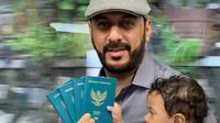 Syekh Ali Jaber  sedang memerlihatkan paspornya yang menunjukkan dirinya resmi sebagai WNI (dok.instagram/@syekh.alijaber/https://www.instagram.com/p/B7pcCOmhdMw/Komarudin)