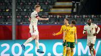 Selebrasi bintang Belgia, Kevin De Bruyne, setelah mengalahkan Wales pada kualifikasi Piala Dunia 2022 Zona Eropa Stadion di Den Dreef, Kamis (25/3/2022) dini hari WIB. (AFP/Virgine Lefour)