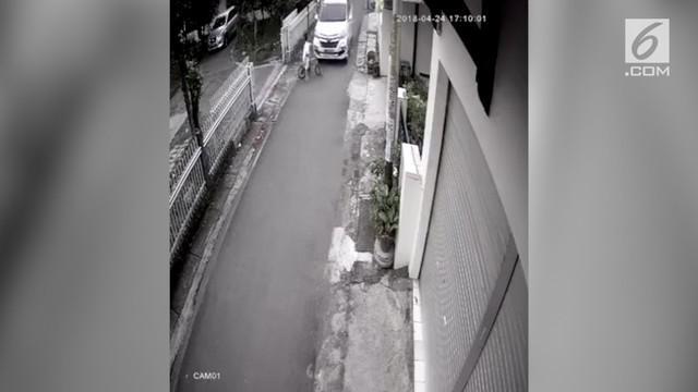 Detik-detik bocah bersepeda tertabrak dan terseret mobil terekam kamera CCTV.