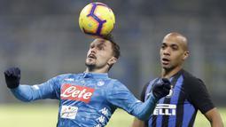 Pemain Napoli, Mario Rui, mengontrol bola saat melawan Inter Milan pada laga Serie A di Stadion San Siro, Rabu (26/12). Inter Milan menang 1-0 atas Napoli. (AP/Luca Bruno)