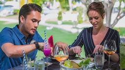 Randy dan Chelsey terlihat tengah menikmati sarapan pagi mereka saat berada di Bali. Terlihat romantis ya. (Liputan6.com/IG/@randpunk)