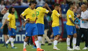 Pemain timnas Brasil meninggalkan lapangan dengan kecewa setelah kalah dari Belgia pada laga perempat final Piala Dunia 2018 di Stadion Kazan Arena, Jumat (6/7). Brasil terdepak dari Piala Dunia 2018 setelah takluk dari Belgia 1-2. (Roman Kruchinin/AFP)