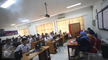 Suasana Ujian Nasional Berbasis Komputer (UNBK) di SMAN 3 Jakarta, Senin (10/4). Sebanyak 57.659 siswa SMA dan Madrasah Aliyah (MA) di DKI Jakarta mengikuti UNBK yang dimulai hari ini hingga 13 April 2017. (Liputan6.com/Immanuel Antonius)