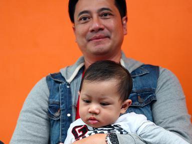 Ivan Fadilla, mantan suami Venna Melinda ini belakangan jarang muncul di layar televisi. Kehidupan baru Ivan bersama dengan sang istri, Sarni dan anak ketiganya, Baby El, sangat membuatnya bahagia. (Nurwahyunan/Bintang.com)