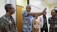 Ganjar Pranowo didampingi Bupati Banyumas  Acmad Husein dan Direktur RSUD Margono meninjau ruang isolasi RSUD Margono, beberapa hari lalu. (Foto: Liputan6.com/Rudal Afgani Dirgantara)
